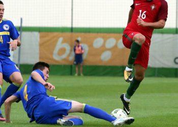 Marian Cavar beim Tackling während eins Matchs der bosnischen U21.
