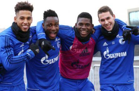 Gute Laune auf Schalke: Abdul Rahman Baba und Marko Pjaca (2. und 4. v.l.)