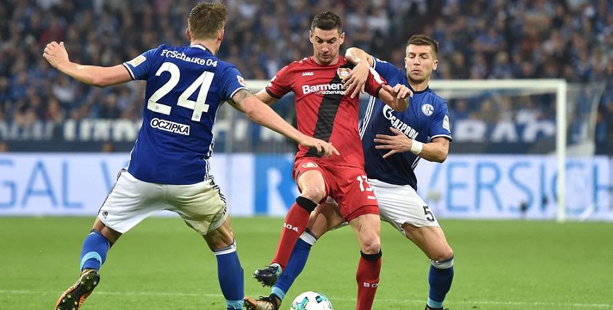 Im Kampf vereint: Alario und Nastasic von Leverkusen und Schalke