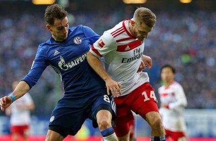HSV-Spieler Aaron Hunt im Zweikampf mit Schalkes Leon Goretzka