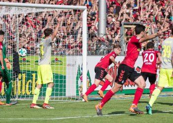 Lucas Höler trifft zum 3:2 des SC Freiburg gegen Köln