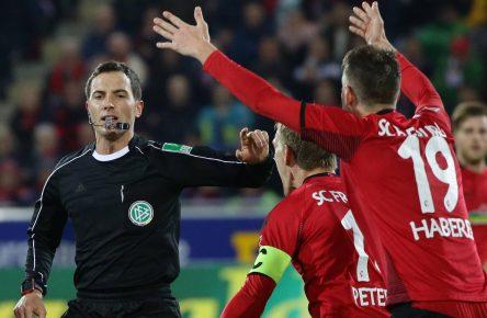 Nils Petersen und Janik Haberer beschweren sich beim Schiedsrichter