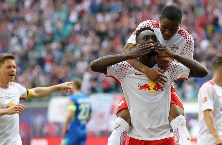 Jean-Kevin Augustin und Ademola Lookman von RB Leipzig feiern