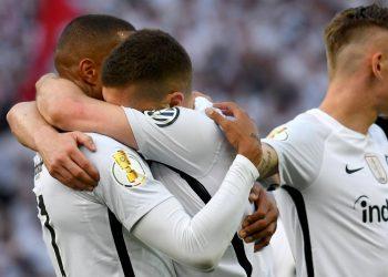 Ante Rebic und Kevin-Prince Boateng feiern im Pokalfinale