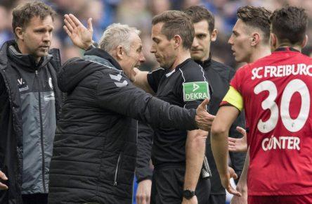 Freiburgs Christian Streich mit Schiedsrichter Tobias Stieler