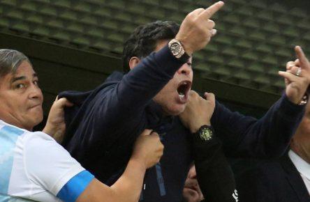 Diego Maradona fiel beim Sieg der Argentinier gegen Nigeria durch seltsames Verhalten auf.