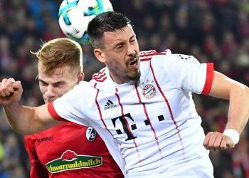 Philipp Lienhart im Zweikampf mit Sandro Wagner