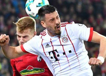 Philipp Lienhart (l.) wurde vom SC Freiburg fix verpflichtet - von Real Madrid.