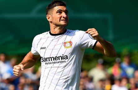 Blick nach oben: Lucas Alario von Bayer Leverkusen
