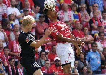 Karim Onisiwo vom FSV Mainz 05 gegen Martin Hinteregger
