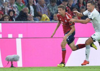 Thomas Müller wird bei den Punkten von Adam Szalai arg verfolgt.