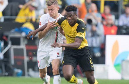 Alfred FINNBOGASON (li., A) gegen Dan-Axel ZAGADOU (DO), Aktion, Zweikampf, Fussball 1. Bundesliga, 7. Spieltag, Borussia Dortmund (DO) - FC Augsburg (A) 4:3, am 06.10.2018 in Dortmund/ Deutschland. Â *** Alfred FINNBOGASON li A against Dan Axel ZAGADOU DO action duel football 1 Bundesliga 7 matchday Borussia Dortmund DO FC Augsburg A 4 3 at 06 10 2018 in Dortmund Germany Â