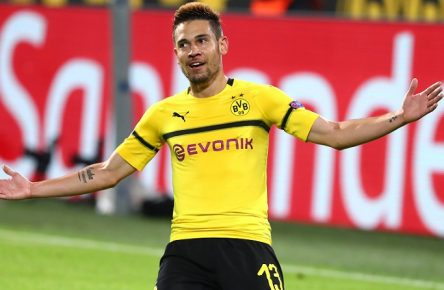 Mittwoch 24.10.2018, Saison 2018/2019, UEFA Champions League, 3. Spieltag im Dortmunder Signal Iduna Park, BVB 09 Borussia Dortmund - Atletico Madrid, Dortmunder Torjubel zum 4:0: Raphael Guerreiro (BVB) rutscht auf den Knien *** Wednesday 24 10 2018 2018 2019 2019 UEFA Champions League Season 3 Dortmund matchday signal Iduna Park BVB 09 Borussia Dortmund Atletico Madrid Dortmund goal celebrations Raphael Guerreiro BVB slips on its knees