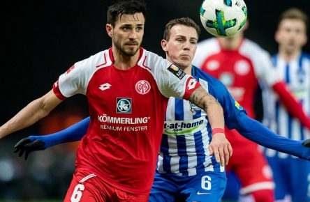 16. Februar 2018: Berlin, Olympiastadion: Fussball 1. Bundesliga, 23. Spieltag: Hertha BSC - FSV Mainz 05: Der Mainzers Danny Latza (rot) gegen Herthas Vladimir Darida. *** 16 February 2018 Berlin Olympic Stadium football 1 Bundesliga 23 match day Hertha BSC FSV Mainz 05 of the Mainzer Danny Latza red against Herthas Vladimir Darida