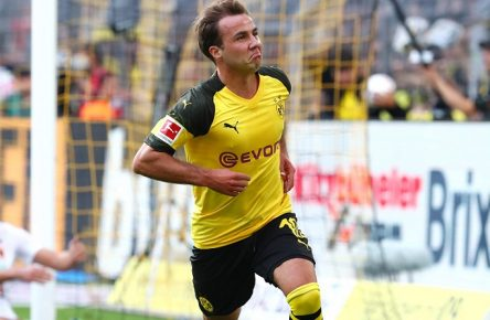 Samstag 06.10.2018, Saison 2018/2019, 1. Bundesliga, 7. Spieltag im Dortmunder Signal Iduna Park, BVB 09 Borussia Dortmund - FC Augsburg 1907, Dortmunder Torjubel zum 3:2: Mario Götze (BVB) *** Saturday 06 10 2018 Season 2018 2019 1 Bundesliga 7 Matchday in the Dortmund Signal Iduna Park BVB 09 Borussia Dortmund FC Augsburg 1907 Dortmund goal celebrations for 3 2 Mario Götze BVB