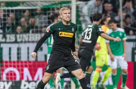 GER, 1.FBL, Werder Bremen vs Borussia Moenchengladbach / 10.11.2018, Weserstadion, Bremen, GER, 1.FBL, Werder Bremen vs Borussia Moenchengladbach DFL REGULATIONS PROHIBIT ANY USE OF PHOTOGRAPHS AS IMAGE SEQUENCES AND/OR QUASI-VIDEO. im Bild / picture shows Oscar Wendt (Moenchengladbach 17) jubelt mit / bejubelt Tor zum 0:1 durch Teamkollege Alassane Plea (Moenchengladbach 14) (nicht im Bild), *** GER 1 FBL Werder Bremen vs Borussia Moenchengladbach 10 11 2018 Weserstadion Bremen GER 1 FBL Werder Bremen vs Borussia Moenchengladbach DFL REGULATIONS PROHIBIT ANY USE OF PHOTOGRAPHS AS IMAGE SEQUENCES AND OR QUASI VIDEO in picture picture shows Oscar Wendt Moenchengladbach 17 cheers with cheered goal to 0 1 by teammate Alassane Plea Moenchengladbach 14 not in picture nordphotox/xEwert nph00301