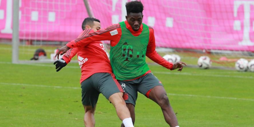 Alphonso Davies reist mit den Bayern ins Trainingslager nach Doha.