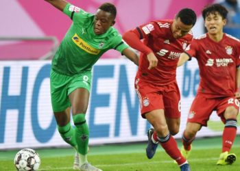 Durchaus packend ging es beim Telekom Cup zu, nicht nur hier zwischen Denis Zakaria und Thiago.