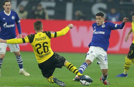 Sebastian Rudy (Schalke) und Jadon Sancho (Dortmund) den Zweikampf zwischen Lukasz Pisczczek (Dortmund) und Amine Harit (Schalke)
