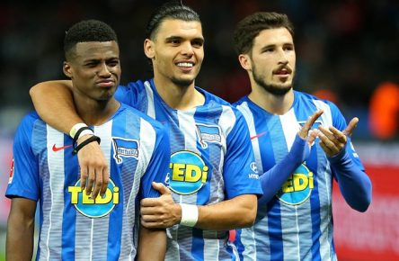 28.09.2018, Fussball 1. Bundesliga 2018/2019, 6. Spieltag, Hertha BSC Berlin - FC Bayern München, im Olympiastadion Berlin. Schlussjubel (L-R) Javairo Dilrosun (Hertha BSC Berlin), Karim Rekik (Hertha BSC Berlin) und Mathew Leckie (Hertha BSC Berlin) ***DFL and DFB regulations prohibit any use of photographs as image sequences and/or quasi-video.*** *** 28 09 2018 Soccer 1 Bundesliga 2018 2019 6 Gameday Hertha BSC Berlin FC Bayern Munich Olympiastadion Berlin Final Jury LR Javairo Dilrosun Hertha BSC Berlin Karim Rekik Hertha BSC Berlin and Mathew Leckie Hertha BSC Berlin DFL and DFB regulations prohibit any use of photographs as image sequences and or quasi video