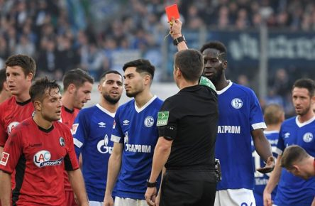16.02.2019, Fussball GER, Saison 2018 2019, 1. Bundesliga, 22. Spieltag, FC Schalke 04 - SC Freiburg, Rote Karte von Schiedsrichter Frank Willenborg fuer Suat Serdar (FC Schalke 04) DFL REGULATIONS PROHIBIT ANY USE OF PHOTOGRAPHS AS IMAGE SEQUENCES AND/OR QUASI-VIDEO. *** 16 02 2019 Football GER Season 2018 2019 1 Bundesliga 22 Matchday FC Schalke 04 SC Freiburg Red Card by Referee Frank Willenborg for Suat Serdar FC Schalke 04 DFL REGULATIONS PROHIBIT ANY USE OF PHOTOGRAPHS AS IMAGE SEQUENCES AND OR QUASI VIDEO Team2