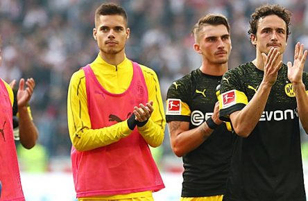 Samstag 20.10.2018, Saison 2018/2019, 1. Bundesliga, 8. Spieltag in der Mercedes-Benz Arena, VfB Stuttgart - BVB 09 Borussia Dortmund, Jubel der Dortmunder Spieler nach Abpfiff: Mahmoud Dahoud (BVB), Julian Weigl (BVB), Maximilian Philipp (BVB) und Thomas Delaney (BVB), v.l. DFL REGULATIONS PROHIBIT ANY USE OF PHOTOGRAPHS AS IMAGE SEQUENCES AND/OR QUASI-VIDEO. *** Saturday 20 10 2018 Season 2018 2019 1 Bundesliga 8 Matchday in the Mercedes Benz Arena VfB Stuttgart BVB 09 Borussia Dortmund Cheers of the Dortmund players after the final whistle Mahmoud Dahoud BVB Julian Weigl BVB Maximilian Philipp BVB and Thomas Delaney BVB from left DFL REGULATIONS PROHIBIT ANY USE OF PHOTOGRAPHS AS IMAGE SEQUENCES AND OR QUASI VIDEO