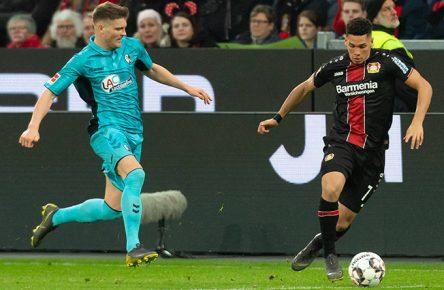 Paulinho von Bayer Leverkusen im Dribbling