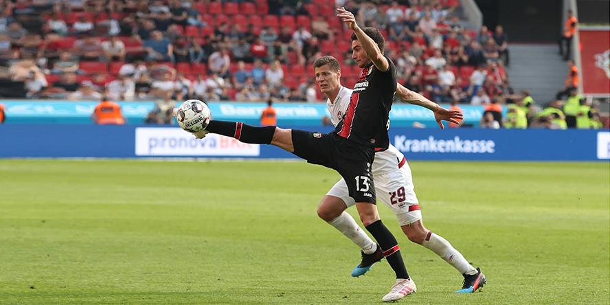 Lucas Alario von Bayer Leverkusen kontrolliert den Ball artistisch