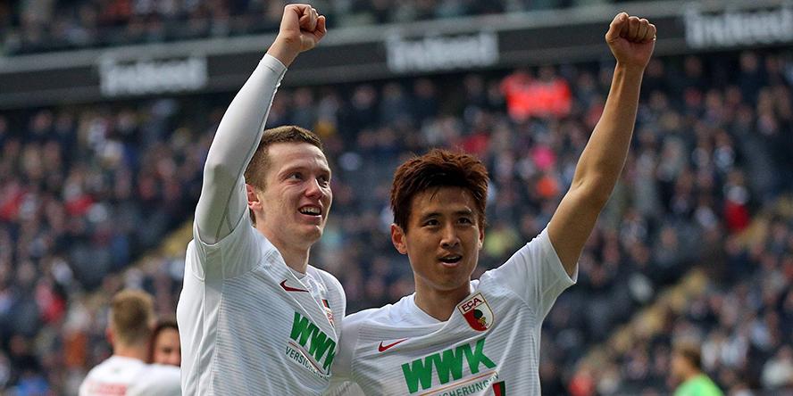 Michael Gregoritsch Ja-cheoö Koo jubeln über den Augsburger 3:1-Erfolg bei Eintracht Frankfurt