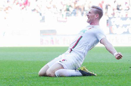 Andre Hahn vom FC Augsburg bejubelt seinen Treffer gegen den VfB Stuttgart
