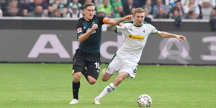 Christoph Kramer von Borussia Moenchengladbach im Zweikampf mit Max Kruse von Werder Bremen