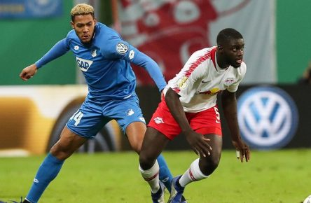 Dayot Upamecano (RB Leipzig) gegen Joelinton (TSG Hoffenheim) - 2. Hauptrunde DFB Pokal Saison 2018-2019 RasenBallsport Leipzig vs. TSG Hoffenheim in der Red Bull Arena in Leipzig - Aktion,Deutschland, Fussball, Mann, Maenner,31.10.2018 - Gemäß den Vorgaben der DFL Deutsche Fußball Liga ist es untersagt, in dem Stadion und/oder vom Spiel angefertigte Fotoaufnahmen in Form von Sequenzbildern und/oder videoaehnlichen Fotostrecken zu verwerten bzw. verwerten zu lassen. DFL regulations prohibit any use of photographs as image sequences and/or quasi-video. *** Dayot Upamecano RB Leipzig vs. Joelinton TSG Hoffenheim 2 Main round DFB Pokal season 2018 2019 RasenBallsport Leipzig vs TSG Hoffenheim in the Red Bull Arena in Leipzig Action Germany Football Mann Manner 31 10 2018 According to the requirements of the DFL German Football League is prohibited in the stadium and or to make use of the photographs taken in the form of sequence images and / or video-like photo series made by the game. DFL regulations prohibit any use of photographs as image sequences or quasi-video