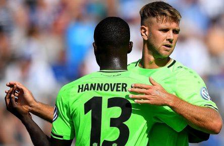 19.08.2018, xfux, Fussball DFB Pokal 1.Runde, Karlsruher SC - Hannover 96, emspor, v.l. Ihlas Bebou (Hannover 96), Niclas Fuellkrug (Hannover 96) Torjubel, Goal celebration, celebrate the goal zum 0:2 (DFL/DFB REGULATIONS PROHIBIT ANY USE OF PHOTOGRAPHS as IMAGE SEQUENCES and/or QUASI-VIDEO) Karlsruhe *** 19 08 2018 xfux Soccer DFB Pokal 1 Round Karlsruher SC Hannover 96 emporer lhl Ihlas Bebou Hannover 96 Niclas Fuellkrug Hannover 96 Goal celebration celebrate the goal 0 2 DFL DFB REGULATIONS PROHIBIT ANY USE OF PHOTOGRAPH as IMAGE SEQUENCES and or QUASI VIDEO Karlsruhe