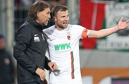 l-r: Chef-Trainer Martin Schmidt (FC Augsburg) gibt Daniel Baier 10 (FC Augsburg) Anweisungen, FC Augsburg vs. Bayer 04 Leverkusen, Fussball, 1.Bundesliga, 26.04.2019, DFL REGULATIONS PROHIBIT ANY USE OF PHOTOGRAPHS AS IMAGE SEQUENCES AND/OR QUASI-VIDEO Augsburg Bayern Deutschland *** l r Chief Coach Martin Schmidt FC Augsburg gives instructions to Daniel Baier 10 FC Augsburg FC Augsburg vs. Bayer 04 Leverkusen Football 1 Bundesliga 26 04 2019 DFL REGULATIONS PROHIBIT ANY USE OF PHOTOGRAPHS AS IMAGE SEQUENCES AND OR ORQUASI VIDEO Augsburg Bayern Deutschland Copyright: xkolbert-press/ChristianxKolbertx