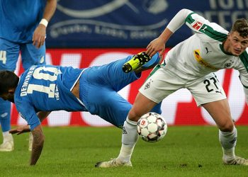 Mickael Cuisance von Borussia Mönchengladbach setzt sich gegen Kerem Demirbay durch