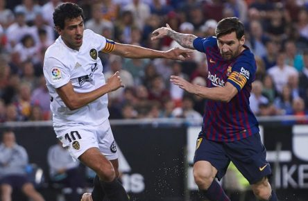 Dani Parejo im Zweikampf mit Lionel Messi