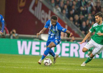 Javairo Dilrosun von Hertha BSC setzt sich gegen Nuri Sahin vom SV Werder Bremen durch