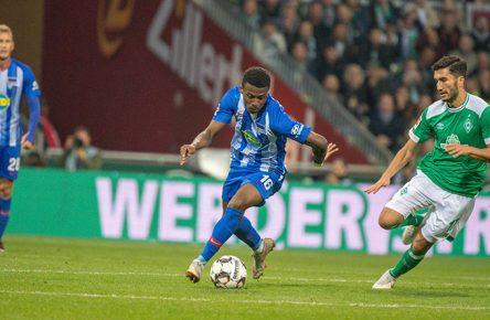 Jordan Torunarigha von Hertha BSC setzt sich gegen Nuri Sahin vom SV Werder BRemen durch