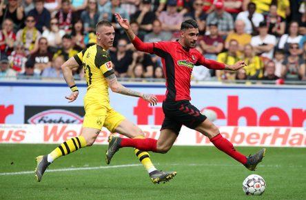 Vincenzo Grifo vom SC Freiburg setzt sich im Dribbling gegen Marius Wolf von Borussia Dortmund durch