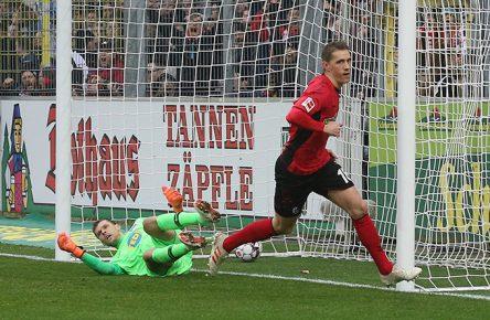 Nils Petersen vom SC Freiburg trifft gegen Hertha BSC