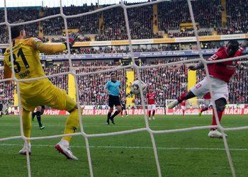 Anthony Ujah erzielt das 1:0 für den FSV Mainz 05 bei Eintracht Frankfurt
