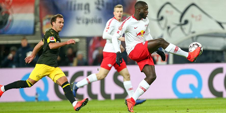 Dayot Upamecano von RB Leipzig behauptet sich gegen Mario Götze