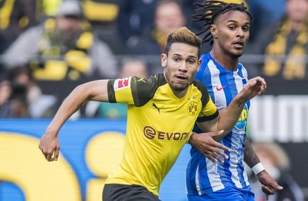 Fußball: 1. Bundesliga, Saison 2018/2019, 9. Spieltag, Borussia Dortmund - Hertha BSC Berlin am 27.10.2018 im Signal Iduna Park in Dortmund (Nordrhein-Westfalen). Dortmunds Raphael Guerreiro (l.) und Berlins Valentino Lazaro kämpfen um den Ball. DFL REGULATIONS PROHIBIT ANY USE OF PHOTOGRAPHS AS IMAGE SEQUENCES AND/OR QUASI-VIDEO. *** Football 1 Bundesliga Season 2018 2019 Matchday 9 Borussia Dortmund Hertha BSC Berlin on 27 10 2018 at Signal Iduna Park in Dortmund North Rhine-Westphalia Dortmunds Raphael Guerreiro l and Berlins Valentino Lazaro fight for the ball DFL REGULATIONS PROHIBIT ANY USE OF PHOTOGRAPH AS IMAGE SEQUENCES AND OR QUASI VIDEO Copyright: xKirchner/DavidxInderliedx