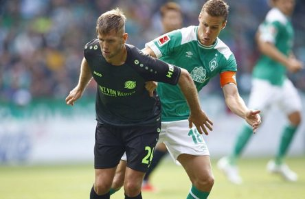 25.08.2018, Weser Stadion, Bremen, Ligaspiel, 1. Liga, SV Werder Bremen vs Hannover 96, im Bild Niclas Fuellkrug (24, Hannover) im Zweikampf mit Niklas Moisander (18, Bremen) DFL regulations prohibit any use of photographs as image sequences and/or quasi-video. SV Werder Bremen vs Hannover 96 *** 25 08 2018 Weser Stadion Bremen League match 1 Liga SV Werder Bremen vs Hannover 96 im Bild Niclas Fuellkrug 24 Hannover in a duel with Niklas Moisander 18 Bremen DFL regulations prohibit any use of photographs SV Werder Bremen vs Hannover 96