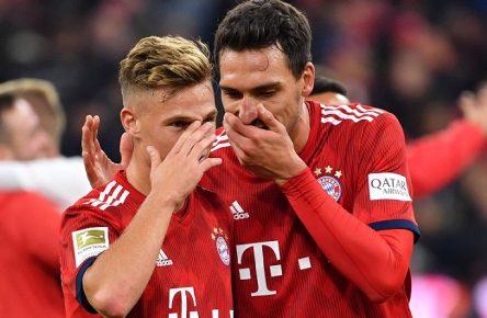 v.li:Joshua KIMMICH (Bayern Muenchen),Mats HUMMELS (Bayern Muenchen) reden unter vorgehaltener Hand. Aktion. Fussball 1. Bundesliga, 5.Spieltag,Spieltag05, FC Bayern Muenchen M) - FC Augsburg (A) 1-1, am 25.09.2018 in Muenchen A L L I A N Z A R E N A, DFL REGULATIONS PROHIBIT ANY USE OF PHOTOGRAPHS AS IMAGE SEQUENCES AND/OR QUASI-VIDEO. *** v Joshua KIMMICH Bayern Muenchen Mats HUMMELS Bayern Muenchen speak privately Action Soccer 1 Bundesliga 5 Matchday Matchday05 FC Bayern Muenchen M FC Augsburg A 1 1 on 25 09 2018 in Muenchen ALLIANZARENA DFL REGULATIONS PROHIBIT ANY USE OF PHOTOGRAPH AS IMAGE SEQUENCES AND OR QUASI VIDEO