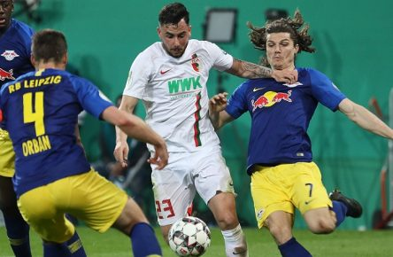 Marco Richter (FC Augsburg 23) im Zweikampf gegen Ibrahima Konate (RB Leipzig 6), Willi Orban (RB Leipzig 4), Marcel Sabitzer (RB Leipzig 7, re.); FC Augsburg vs. RB Leipzig, DFB-Pokal Viertelfinale; DFL REGULATIONS PROHIBIT ANY USE OF PHOTOGRAPHS AS IMAGE SEQUENCES AND/OR QUASI-VIDEO. *** Marco Richter FC Augsburg 23 in duel against Ibrahima Konate RB Leipzig 6 Willi Orban RB Leipzig 4 Marcel Sabitzer RB Leipzig 7 re FC Augsburg vs RB Leipzig DFB Cup Quarter Finals DFL REGULATIONS PROHIBIT ANY USE OF PHOTOGRAPHS AS IMAGE SEQUENCES AND OR QUASI VIDEO