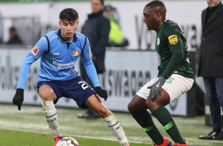 Kai Havertz (Bayer Leverkusen) gegen Jerome Roussillon (VfL Wolfsburg) - 1. Fussball Bundesliga Saison 2018-2019 VfL Wolfsburg vs. Bayer Leverkusen in der Volkswagen Arena in Wolfsburg - Aktion,Deutschland, Fußball, Mann, Maenner,26.01.2019 - Gemäß den Vorgaben der DFL Deutsche Fußball Liga ist es untersagt, in dem Stadion und/oder vom Spiel angefertigte Fotoaufnahmen in Form von Sequenzbildern und/oder videoaehnlichen Fotostrecken zu verwerten bzw. verwerten zu lassen. DFL regulations prohibit any use of photographs as image sequences and/or quasi-video. *** Kai Havertz Bayer Leverkusen vs. Jerome Roussillon VfL Wolfsburg 1 Soccer Bundesliga 2018 2019 Season VfL Wolfsburg vs. Bayer Leverkusen at the Volkswagen Arena in Wolfsburg Action Germany Soccer Man Men 26 01 2019 According to the DFL Deutsche Fußball Liga it is forbidden to use or have used in the stadium and/or or photos taken during the match in the form of sequence pictures and/or video-like photo series DFL regulations prohibit any use of photographs as image sequences and or quasi video