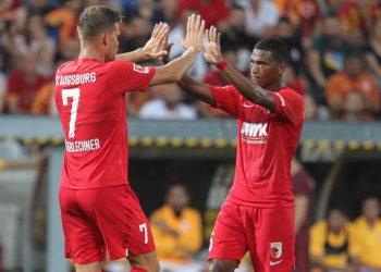 Florian Niederlechner und Carlos Gruezo vom FC Augsburg