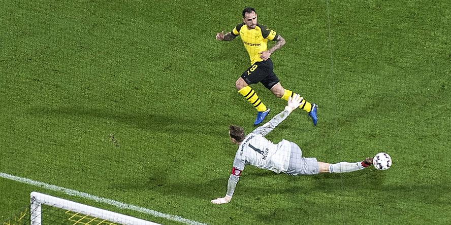 Paco Alcacer trifft für Borussia Dortmund gegen den FC Bayern München