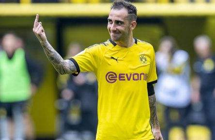 Sport Bilder des Tages Fußball: 1. Bundesliga, Saison 2019/2020, 1. Spieltag, Borussia Dortmund - FC Augsburg am 17.08.2019 im Signal Iduna Park in Dortmund (Nordrhein-Westfalen). Dortmunds Paco Alcacer zeigt den Stinkefinger. DFL REGULATIONS PROHIBIT ANY USE OF PHOTOGRAPHS AS IMAGE SEQUENCES AND/OR QUASI-VIDEO. *** Football 1 Bundesliga, Season 2019 2020, 1 Matchday, Borussia Dortmund FC Augsburg on 17 08 2019 at Signal Iduna Park in Dortmund North Rhine-Westphalia Dortmunds Paco Alcacer shows the stinky finger DFL REGULATIONS PROHIBIT ANY USE OF PHOTOGRAPHS AS IMAGE SEQUENCES AND OR QUASI VIDEO Copyright: xKirchner/DavidxInderliedx